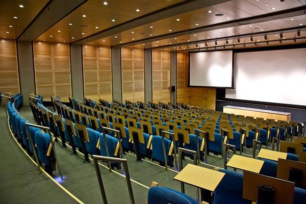 Thiết kế tối ưu không gian hội trường bằng bàn ghế thông minh