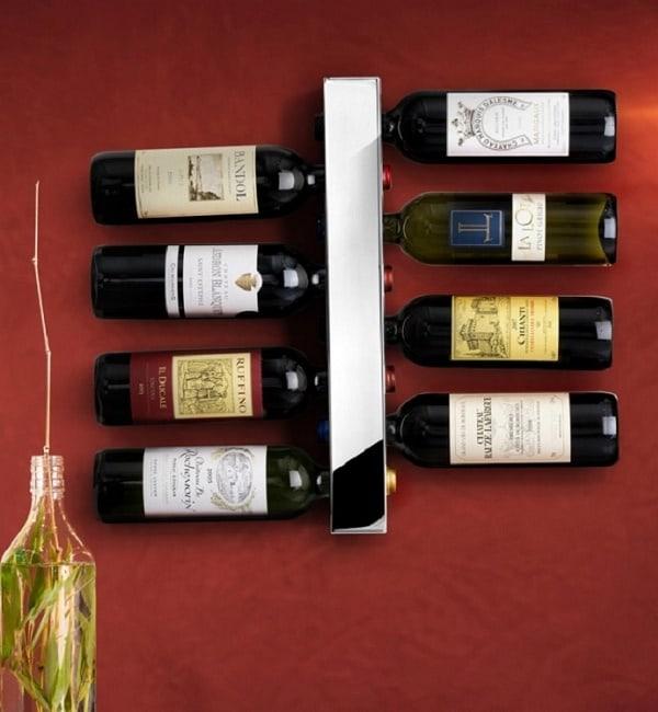 Tủ rượu được treo lên tường để tiết kiệm diện tích
