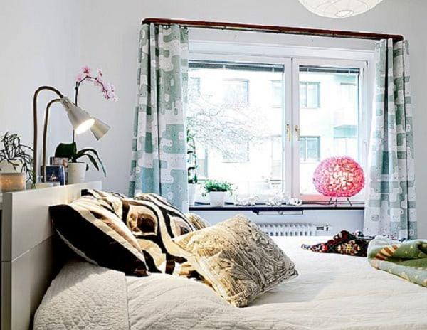 Phòng ngủ tràn ngập ánh sáng do có nhiều cửa kính