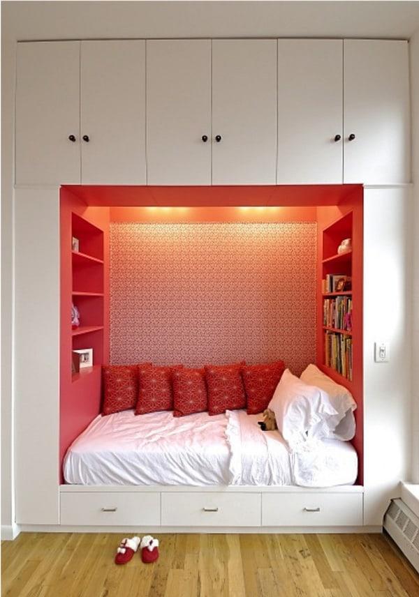 Kê giường ngủ giữa tủ đồ giúp tiết kiệm không gian