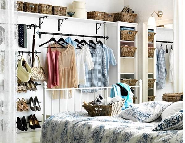 Tủ treo đồ không cánh tạo cảm giác rộng rãi cho căn phòng