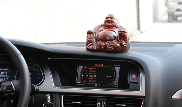 Tượng phong thủy bằng gỗ đặt trên ô tô