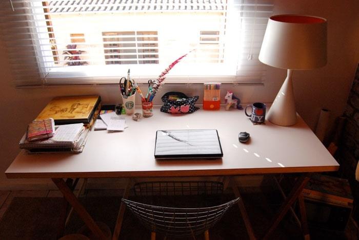 Loại bỏ những đồ đạc không cần thiết cho bàn học gọn gàng